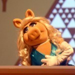 "05 Jun 2015, New York City, New York State, USA --- Miss Piggy receives the 'Sackler Center First Award' at the Brooklyn Museum in New York, USA, 04 May 2015. Since 2012 The First Awards from the Sackler Center for Feminist Art at the Brooklyn Museum have been awarded annually to women who ""have broken through gender barriers and provided meaningful contributions to their fields."" Photo. CHRISTINA HORSTEN/dpa --- Image by © Christina Horsten/dpa/Corbis"
